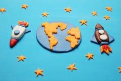 Kreative Handwerk Plasticineraketen im offenen Raum, Astronautenträume Sterne, Planetenerde Karikaturkunst lizenzfreie stockfotos