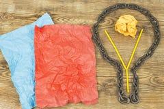 Kreative Idee Kette in der Form der Birne Konzept der Idee und der Innovation mit Papierball Stockfotografie