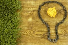Kreative Idee Kette in der Form der Birne Konzept der Idee und der Innovation mit Papierball Stockfotos