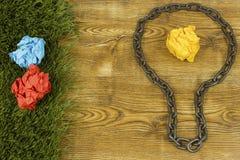 Kreative Idee Kette in der Form der Birne Konzept der Idee und der Innovation mit Papierball Lizenzfreie Stockbilder