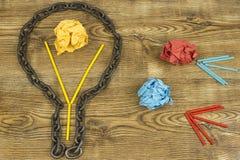 Kreative Idee Kette in der Form der Birne Konzept der Idee und der Innovation mit Papierball Stockbilder