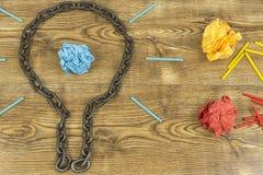 Kreative Idee Kette in der Form der Birne Konzept der Idee und der Innovation mit Papierball Lizenzfreie Stockfotografie
