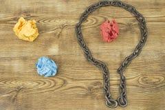 Kreative Idee Kette in der Form der Birne Konzept der Idee und der Innovation mit Papierball Stockbild
