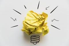 Kreative Idee Konzept der Idee und der Innovation mit gelbem Papier Stockbilder