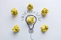 Kreative Idee Konzept der Idee und der Innovation mit gelbem Papier Stockfotos