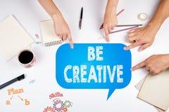 Kreative Ideen-verschiedenes Konzept Die Sitzung im weißen Büro t Lizenzfreie Stockfotos