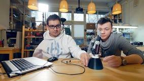 Kreative Ingenieure team an modernem anfangen oben Büro, mit dem innovativen bionischen Roboterarm zu arbeiten Transportwagenkame stock footage