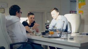 Kreative Ingenieure team prüfende innovative Robotertechnologie - bionischen Arm in einem hellen modernen Büro stock video footage