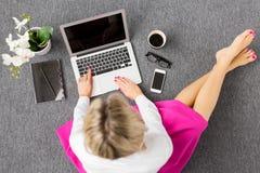 Kreative junge Frau, die mit Computer, Ansicht von oben arbeitet Lizenzfreies Stockfoto