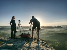 Kreative Künstler bleiben an eigenen Kameras auf Stativen Wanderer und Enthusiasten lizenzfreies stockbild
