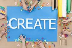 Kreative Kinder, die Wörter aufbauen Stockbild