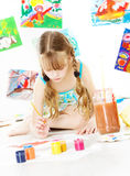 Kreative Kinderzeichnung mit Farbbürste Stockfotografie