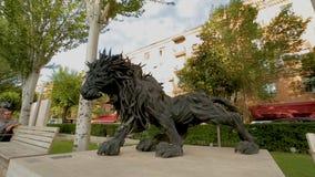 Kreative Löweskulptur gemacht von den Reifen, Eriwan-Kaskade, moderne Kunst in Armenien stock video