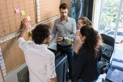 Kreative Leute in der Agentur im Laufe der Zeit planen sprechend Lizenzfreies Stockfoto