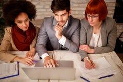 Kreative Leute des Geschäfts, die auf Sitzung gedanklich lösen lizenzfreie stockfotos