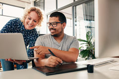 Kreative Leute, die auf einem neuen Projekt im Büro coworking sind Stockfoto