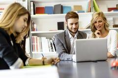 Kreative Leute, die im Büro gedanklich lösen Stockfoto