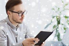 Kreative männliche Arbeitskraft mit Büro des Buches zu Hause Stockfotos