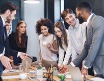 Kreative Mitarbeiter, die mit neuem Startprojekt arbeiten stockbild