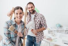 Kreative Paare, die ihr Haus erneuern stockfoto