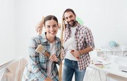 Kreative Paare, die ihr Haus erneuern stockbilder