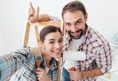 Kreative Paare, die ihr Haus erneuern lizenzfreie stockfotos