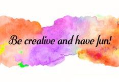 Kreative Regenbogenbeschaffenheit für Design mit Zitat ist kreativ und hat Spaß! Vibrierender handgemalter Aquarellhintergrund Ha stock abbildung