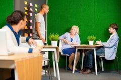 Kreative Sitzung mit kleinem Projektteam Lizenzfreies Stockbild
