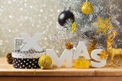 Kreative Stilllebenzusammensetzung des Weihnachtsfeiertags Weihnachtsbuchstaben mit Weihnachtsdekorationen auf Holztisch Stockbilder