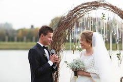 Kreative stilvolle Hochzeitszeremonie elegante blonde Braut und groo Lizenzfreie Stockfotos