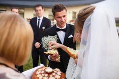 Kreative stilvolle Hochzeitszeremonie elegante blonde Braut und groo Stockfoto