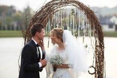 Kreative stilvolle Hochzeitszeremonie elegante blonde Braut und groo Lizenzfreies Stockfoto