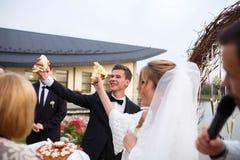 Kreative stilvolle Hochzeitszeremonie elegante blonde Braut und groo Stockbilder