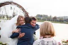 Kreative stilvolle Hochzeitszeremonie elegante blonde Braut und groo Lizenzfreie Stockfotografie