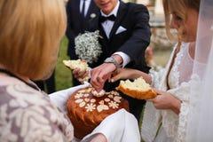 Kreative stilvolle Hochzeitszeremonie elegante blonde Braut und groo Lizenzfreies Stockbild