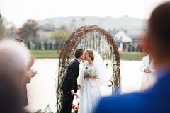 Kreative stilvolle Hochzeitszeremonie elegante blonde Braut und groo Stockbild
