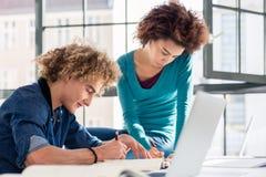 Kreative Studentenschreibensbeobachtungen und -ideen für eine Aufgabe stockbild
