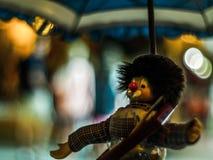 Kreative Szene, die ein Monchichi in Rovinj, Kroatien Mitteleuropa mit einem Regenschirm und einem bokeh nützlich für smaple zeig lizenzfreie stockfotos