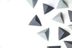 Kreativer abstrakter Hintergrund mit den schwarzen und grauen Origamipyramiden Lizenzfreie Stockfotografie