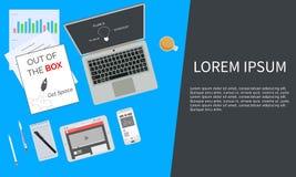 Kreativer Arbeitsplatzlaptop der Draufsicht Lizenzfreie Stockbilder