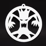 Kreativer Dekor für Halloween-Partei auf Wand Furchtsamer Baum auf schwarzem Hintergrund stockbilder