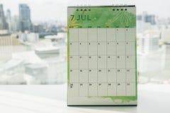 Kreativer Design Juli-Kalender auf Schreibtisch Stockfotografie