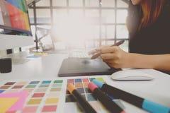 Kreativer Designer, der nondigital Tablette am Studio bearbeitet Lizenzfreie Stockbilder