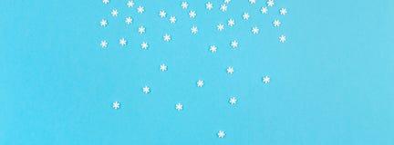 Kreativer Draufsichtebenenlage-Winterrahmen Konzept-Wintermuster gemacht Hintergrund-Kopienpastellraum der kleinen weißen Schneef stockfoto