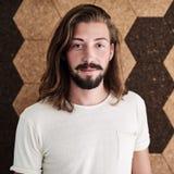 Kreativer einzelner Unternehmer, der vor Korkenwand steht stockfotos
