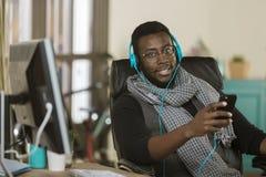 Kreativer Geschäftsmann, der auf Kopfhörer hört lizenzfreie stockbilder