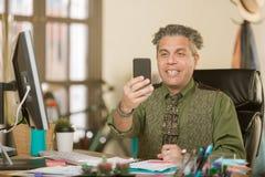 Kreativer Geschäftsmann in einem Büro unter Verwendung des tragbaren Geräts lizenzfreies stockfoto