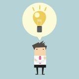 Kreativer Geschäftsmann erhalten die Idee unter einer Glühlampe Stockfoto