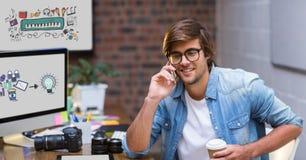 Kreativer Geschäftsmann unter Verwendung des intelligenten Telefons durch die Schirme, die Ikonen anzeigen Stockfotografie
