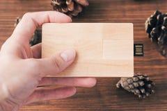 Kreativer hölzerner usb-Stock mögen eine Visitenkarte auf Hintergrund Stockfotografie